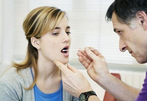 喉咙感觉有异物不痛,像粘了东西,排出喉癌的自检方法
