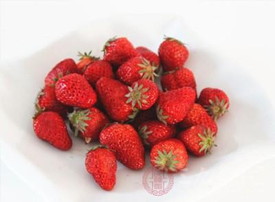 草莓可以润肺、健脾胃、补血、益气,对老人