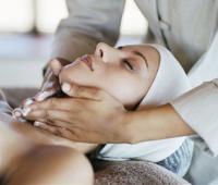 脖子扭了怎么办?如何缓解疼痛?这样做可以快速治疗。