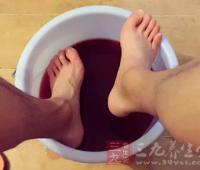 盐水泡脚的好处 经常用盐水泡脚身体好