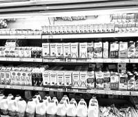 """常温牛奶为何""""混进""""超市冷柜"""