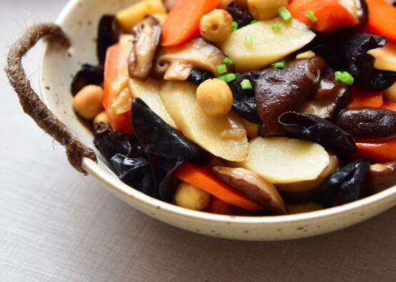如何炒蘑菇、菌类和胡萝卜